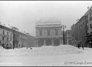 """""""Piazza della Loggia durante la grande nevicata del 1985"""". (Fotografia inviata da Giorgio Zanoni)"""