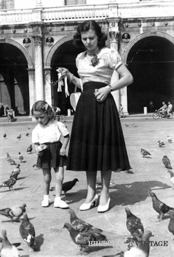 Con mamma in Piazza Loggia 1953