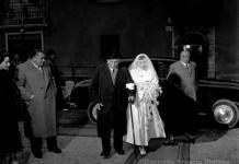 """""""Mia madre davanti alla chiesa di S.Lorenzo"""", via Moretto 1954."""