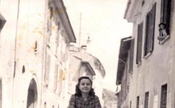 """""""Zia Luisa in bicicletta"""", via Musei 1948."""