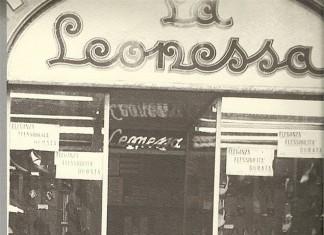 """Le """"palere"""" friulane intente ad osservare la vetrina - Corso Mameli 1950"""