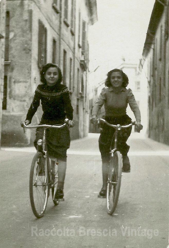 Luisa e amica al ritorno dal lavoro - Via Musei 1950