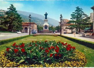 """""""Porta Venezia con il monumento di Arnaldo da Brescia, sulla destra il chiosco delle bibite e sotto l'albero il chiosco delle fioriste"""", 1960."""