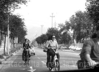 Ragazze e ragazzi in motorino in via Attilio Franchi, direzione Ponte Crotte. (1975)