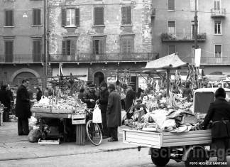 Il popolare e umano mercatino di Piazza Rovetta nel 1980.