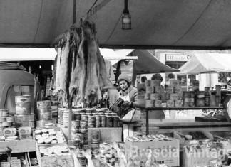 Una bancarella in Piazza Rovetta. Anno 1980.