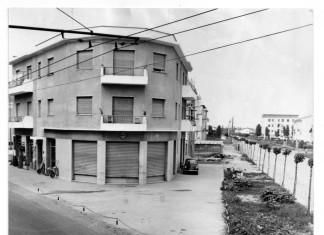 L'incrocio tra via Chiusure e viale Caduti del Lavoro nel 1955. In alto su via Chiusure i cavi della filovia; sulla sinistra si notano carriole ed altri attrezzi della ferramenta Pasini, che ora si trova più a sud sempre su via Chiusure.