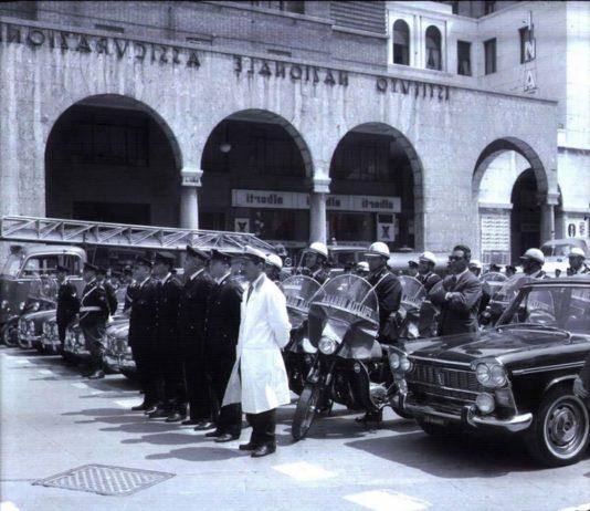 """""""Benedizione autoveicoli e conducenti delle forze dell'ordine"""" - Piazza Vittoria - 1968"""