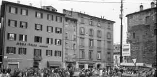 Folla in Largo Formentone a Brescia