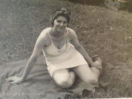 """""""Foto scattata a Costalunga nel """"46, nei pressi della trattoria Briscola. Qui non si vede Brescia antica, però si vede mia zia Ines a 25 anni: probabilmente, a suo tempo, una delle donne più belle del mondo. W Costalunga - W Brescia """""""