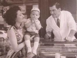 """""""La mamma, io e il mio papà."""", via Verdi (Piazza Vittoria), estate 1969"""