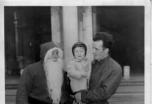 """""""Zio Gino e cugino Angelo con Babbo Natale in Piazza Loggia"""", 1964/65. (Fotografia inviata da Claudio Gatta)"""