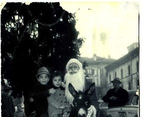 """""""I miei fratelli e sulla destra mio nonno che controlla!!"""", Piazza Loggia 1970"""