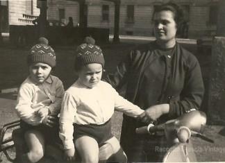"""""""Io e il mio gemello con la mamma"""", gnari di campo fera anno 65/66. (Fotografia inviata da Rinaldi Claudio)"""