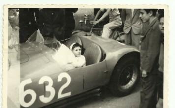 """Io (Guido Minelli) su un """"bolide"""" alle Mille Miglia 1955."""