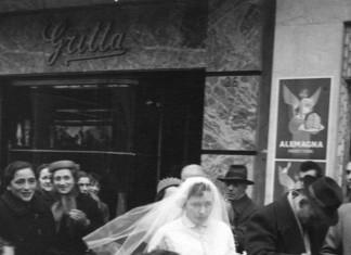 """""""Marina Gritta (...mia mamma) davanti al negozio di c.so Zanardelli 26"""", nel 1954."""