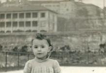"""""""La mia Inseparabile bambola, regalo di S.Lucia. Alle mie spalle si può vedere l'Istituto Artigianelli."""", campo di pattinaggio Bettini ora S.Giulia, Brescia 1952"""