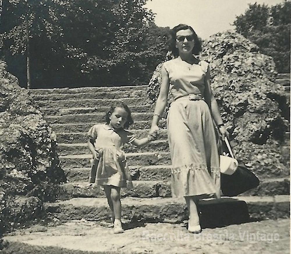 Discesa del castello con mamma Maria - anno 1953