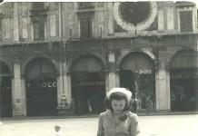 Mamma in Piazza Loggia intenta a guardare i piccioni - 1952