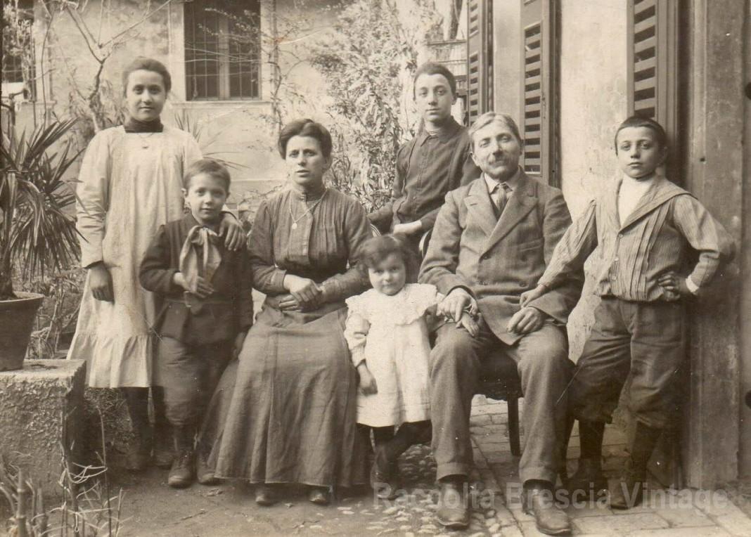 La famiglia Scotuzzi riunita - anno 1912