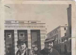 Sorelle in posa in Piazza Vittoria negli anni 30