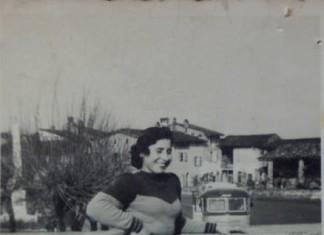 """""""La foto è stata scattata davanti alla chiesa di Flero, si vede il monumento ai caduti e parte della piazza, mia mamma si chiama Luigina Chiesa aveva circa 20 anni e lavorava alla Tempini come operaia"""" ,1957."""