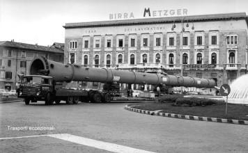 Trasporti eccezionali in piazza della Repubblica - Anni 70