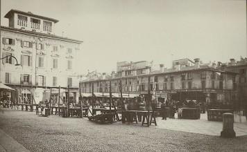 Veduta generale della piazza con il mercato, Brescia