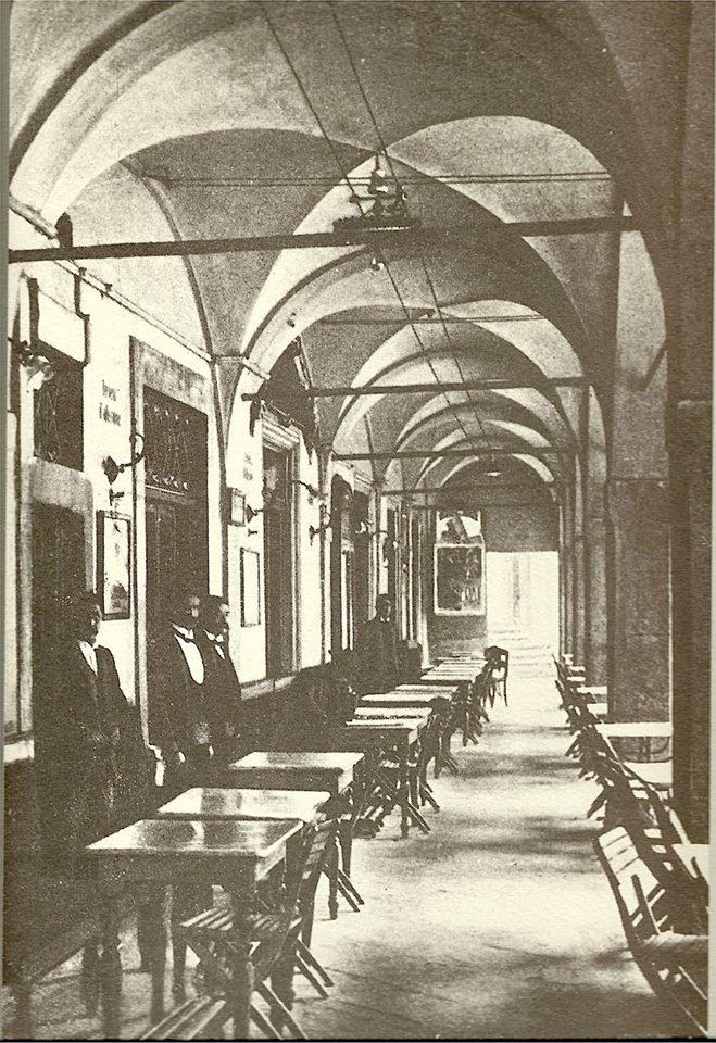 Corso Zanardelli con i tavolini del Caffè Centrale - Brescia