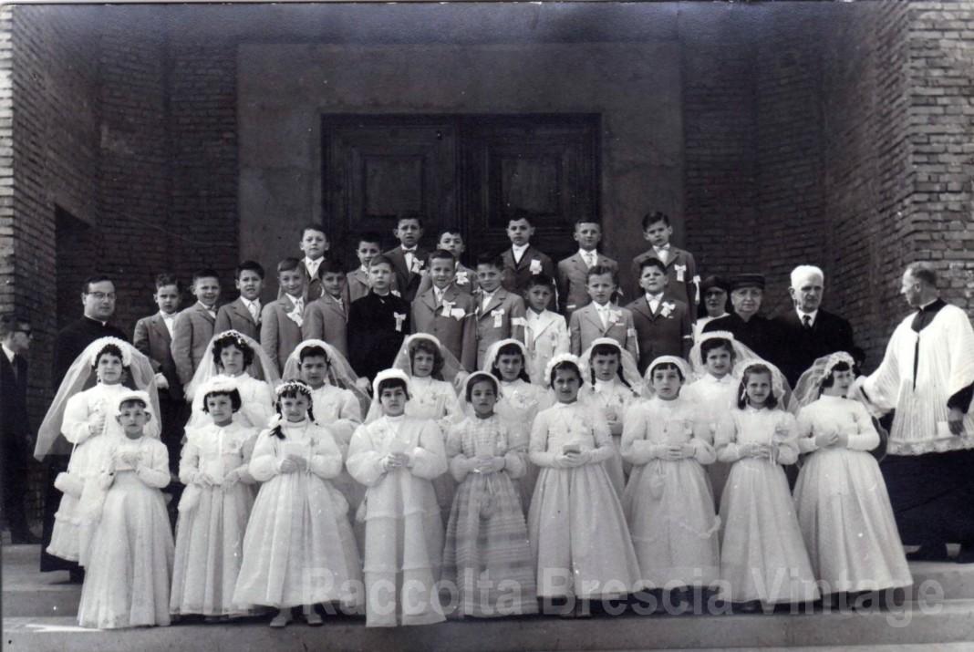 Chiesa dei Salesiani quartiere Don Bosco (allora meglio conosciuto come Bottonaga). Foto di gruppo per la prima Comunione sul sagrato della Chiesa, 1959