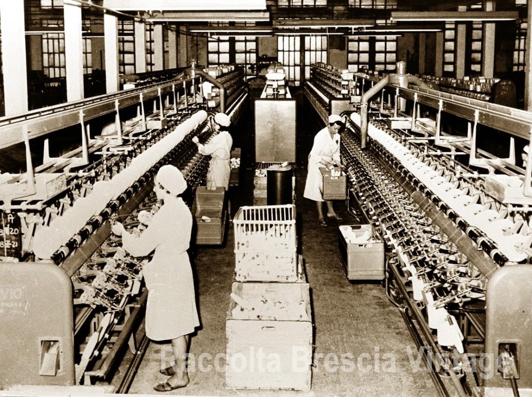 Operaie al lavoro nel Cotonificio del Mella - Ghedi anni 70