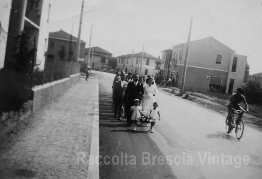 Corteo nuziale in Via Chiusure - Brescia 1954