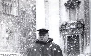 """""""Lo zio di mio papà parcheggiatore ACI in piazza Duomo a Brescia. Luigi Riva che compare nelle foto era un ottimo fotografo."""