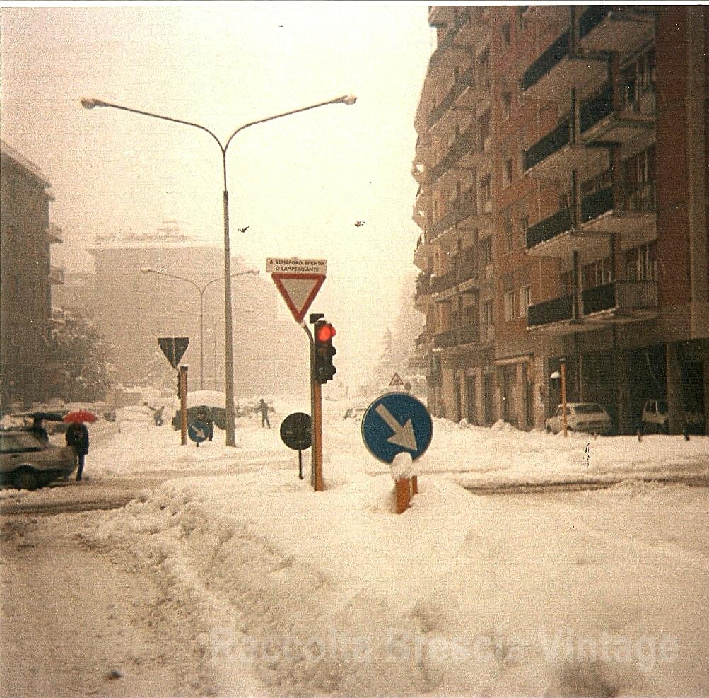 Incrocio via Cremona con via Repubblica Argentina - Brescia gennaio 1985 Autore foto: Antonio Cravarezza.