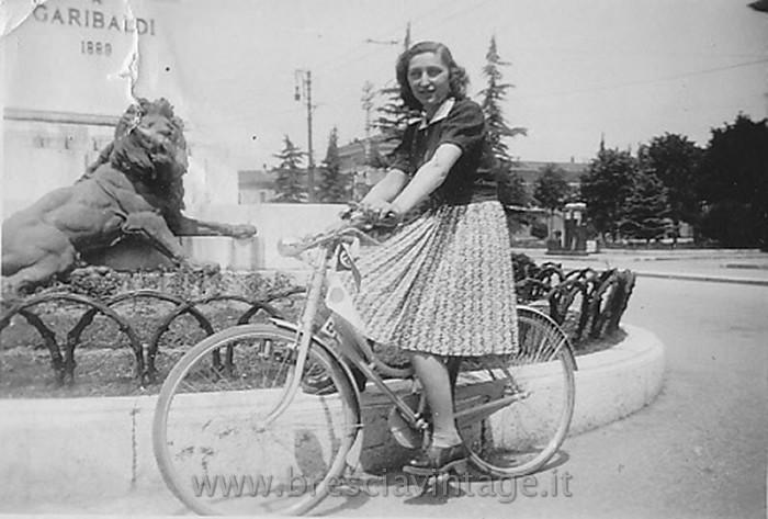 Da: Poma Claudio; Titolo: Mia mamma in Piazza Garibaldi; Fonte: Poma; Anno: 1950; Foto scattata da mio papà nel 1950 a mia mamma.