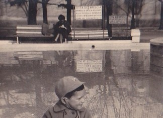 """Da: Poma Claudio; Titolo: Giardini di Via dei Mille; Fonte: Poma; Anno: 1960; Io ai giordini di Via dei Mille, sullo sfondo la """"piscina estiva""""."""