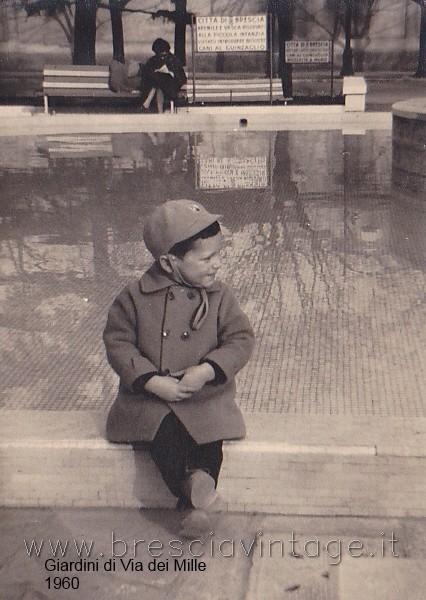 Da: Poma Claudio; Titolo: Giardini di Via dei Mille; Fonte: Poma; Anno: 1960; Io ai giordini di Via dei Mille, sullo sfondo la