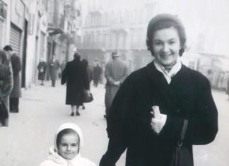 Mia moglie Daniela e la zia Eugenia a passeggio su Corso Zanardelli
