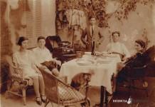 """""""Foto di famiglia con fonografo"""" - Via Capriolo - 1925"""