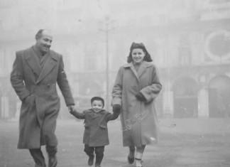 """""""Con papà e mamma a passeggio"""" - Piazza Loggia anni '50"""