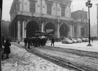 """""""Corteo in Piazza della Loggia sotto la neve"""" - 1975"""