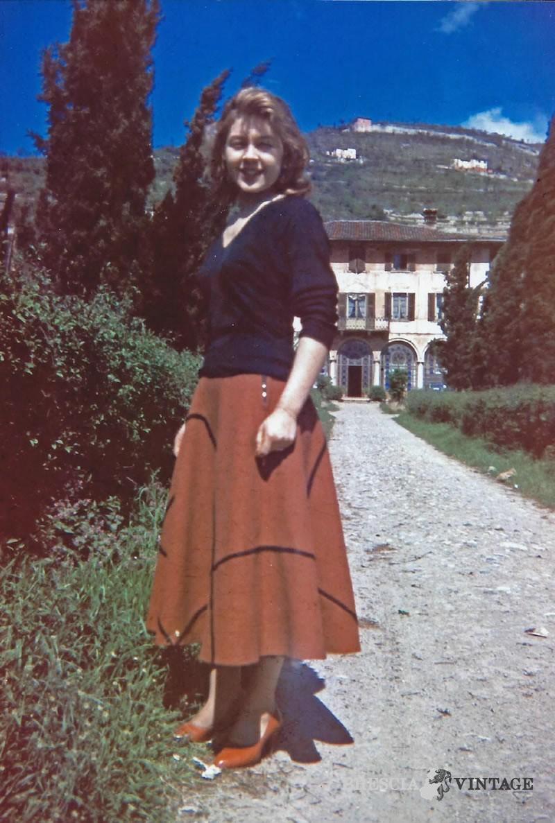 Mia sorella Mariella davanti alla villa di Viale Bornata