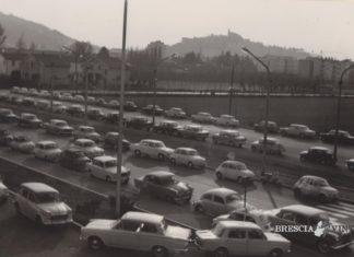 Automobili nel piazzale dell'ITIS Castelli il giorno dell'inaugurazione (1963)