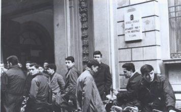 Biciclette all'uscita della scuola Moretto in S.Chiara (1956) - dal libro Dal Moretto all'ITIS Castelli