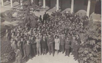Alunni e docenti della Moretto nel cortile di S.Chiara (circa anni '50) - dal libro Dal Moretto all'ITIS Castelli