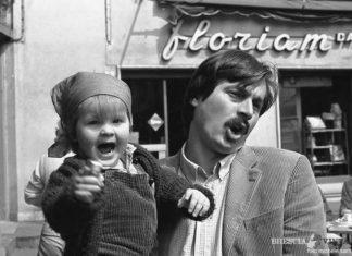 """""""... e domenica mattina ci vediamo al Floriam"""". Un amico e sua figlia. Foto M.Santoro (1980)"""