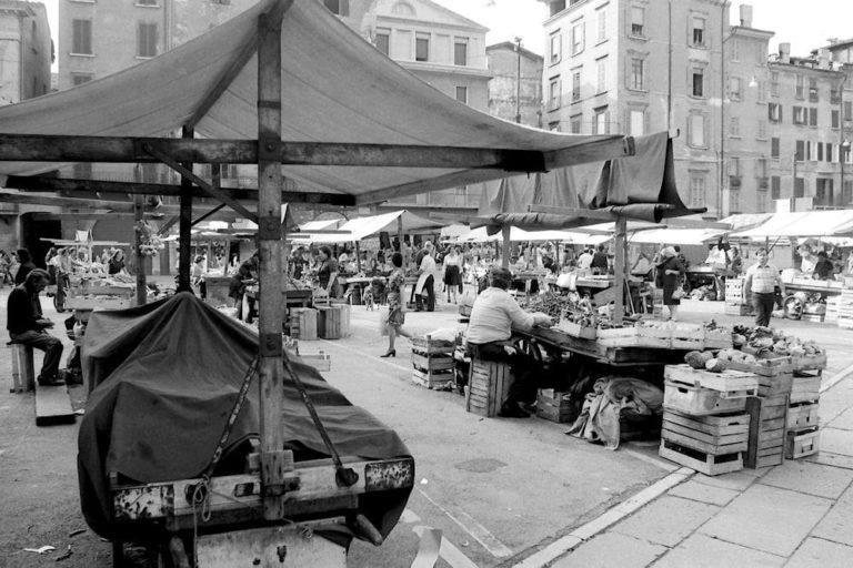 Mercato in Piazza Rovetta – anni 70